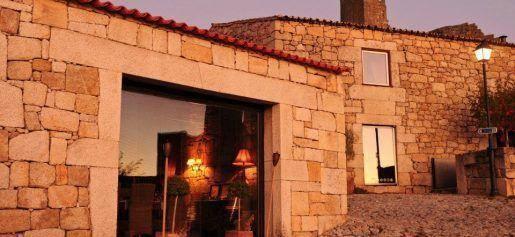 Casas do Côro estão localizadas em Marialva, decoradas num estilo rústico, com uma ampla piscina e uma banheira de hidromassagem.