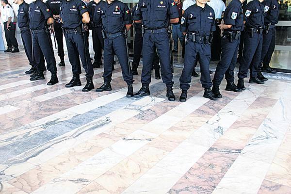 http://www.publico.pt/portugal/jornal/psp-voltou-a-nao-pagar-subsidio-de-fardamento-20417111
